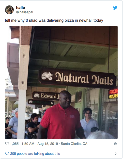 this picture shows public reaction after Shaquille O'Neal delivers pizza to school kids