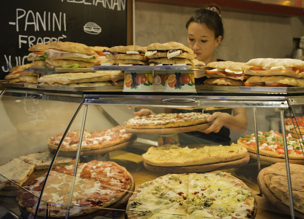 this photo shows a pizzeria employee who could be helped by a restaurant industry bailout