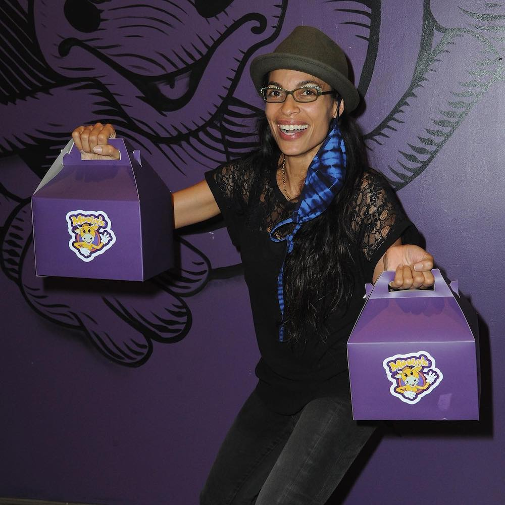this photo shows Rosario Dawson picking up a carryout order from the Mooby's pop-up event hosted by Kevin Smith in Los Angeles